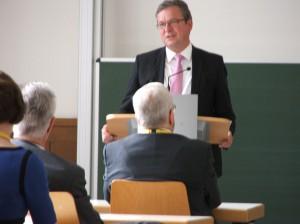 Bürgermeister Michael Dreier begrüßt die Teilnehmer_innen und betont die hohe Bedeutung der Auseinandersetzung mit der Tagungsthematik