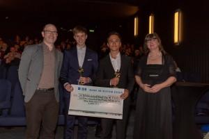 Die Gewinner des Wettbewerbs, Phillip Noll und Mattei Müller (Mitte) umrahmt von Prof. Dr. Oliver Reis und dkv-Vorsitzende Marion Schöber